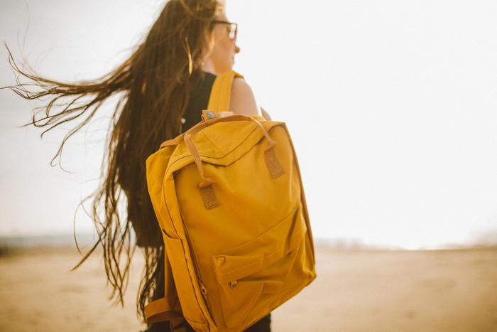 黄色いバッグをもっていると、なんとなく気分も明るくなりますよね。誰かに会うのが楽しみになってきます。
