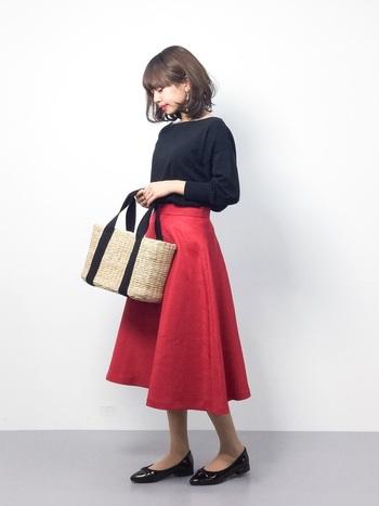 顔回りがすっきり見えるボートネックのニットに、ボリューム感のあるミドル丈フレアスカートで「赤」を取り入れて華やかに。黒×赤の組み合わせは大人っぽくて上品。