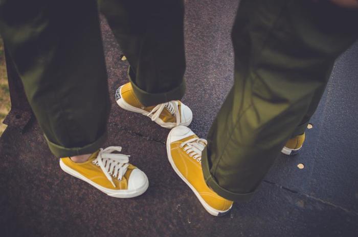 靴にイエローを取り入れると、快活な印象になります。今日は明るいイメージでいきたい日は靴もイエローでいきましょう。