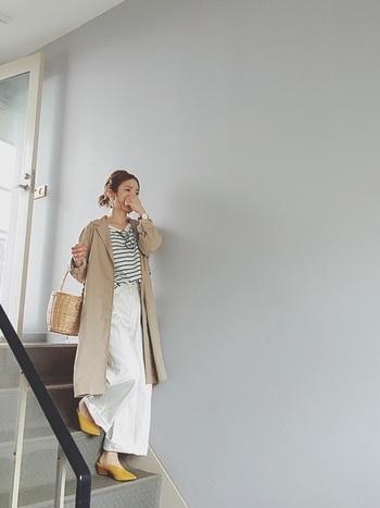 ボーダートップス×ホワイトワイドパンツのマリンスタイル。差し色にイエローがあると、ベージュのアウターでもまとまりますね。