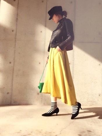 イエローのスカートを選ぶとダークなコーデにしていても、一気に躍動感が出てきます。はいている自分自身も元気になれるから不思議です。