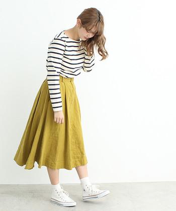 定番のボーダーにイエローのスカートを合わせるとフレッシュな印象に。落ち着きのある色味なら、取り入れやすそうですね。