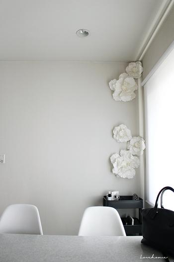 お部屋の隅に、白で統一したウォールフラワーをちりばめて。一点に密集させると、空間がぐっと引き締まります。