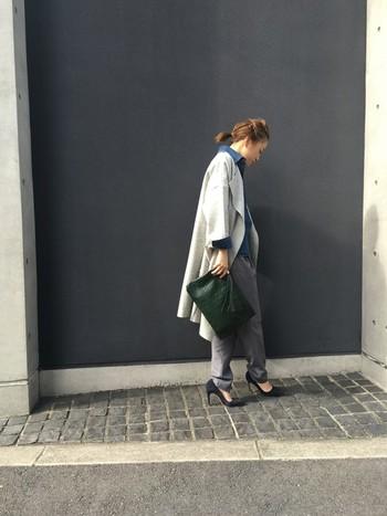 重くなりがちな秋冬ファッションもライトグレーのコートなら軽やかに着こなせます。ヒールとクラッチバッグを合わせれば、大人っぽい雰囲気に。