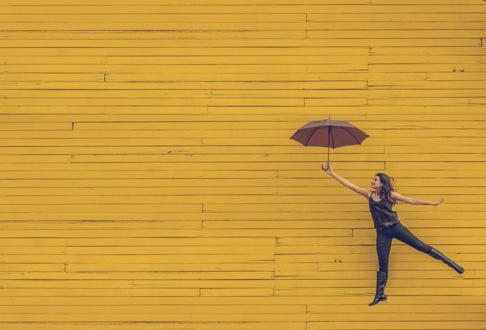 さらには、色彩心理学的に言うと、知性を刺激し行動を活性化してくれ、周囲の人とのコミュニケーションを円滑にしてくれる色でもあるそうです。ぜひ、黄色を活用して毎日をアクティブで楽しいものにしたいですね。