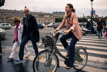 サーモンピンクのジャケットにはカラフルなストールを合わせて軽快に。街行く人の多くが上手にストールを楽しんでいますね。