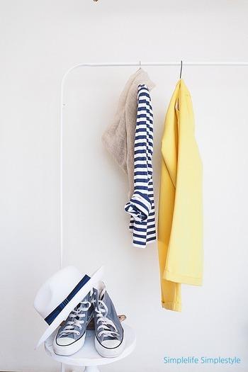 イエローのパンツが春らしく爽やかです。ボーダーTシャツとの相性もぴったり。さらりとストールを巻くと、爽やかさがプラスされます。