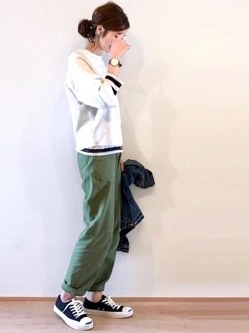 袖が長めのTシャツと重ね着して、袖と裾からボーダーをちら見せ。パンツと合わせてカジュアルにまとめたコーディネートです。