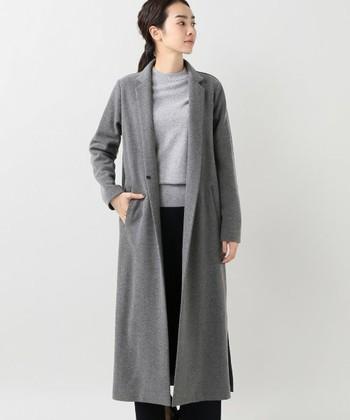 ライトグレーのコートのインナーに、もうワントーン明るいグレーのニットを合わせたコーデ。グレーのグラデーションが大人っぽくて品の良さを演出してくれます。