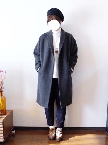 きれいめのシルエットのコートは、ジーンズに白のニットというカジュアルな服装にもぴったり。グレーは汎用性が高いことも嬉しいポイントです。