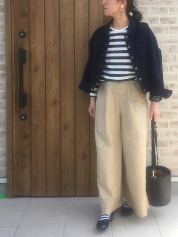 ワイドなチノパンとデニムジャケットのシンプルな組み合わせがボーダーTシャツにぴったりです。靴下もボーダーにしてアクセントに。