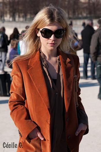 秋の日射しに映える栗色のジャケットは、ぜひトライしたいアイテム。全体に深みのあるブラウン系のグラデーションでまとめると落ち着いた印象になります。
