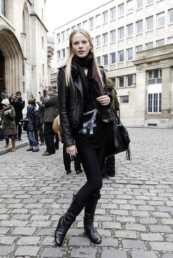パリの定番、黒でまとめたコーディネート。ストールなどの小物に柔らかみのある素材を使って、ハードになりすぎないようにするのがセンスよくまとめるコツです。