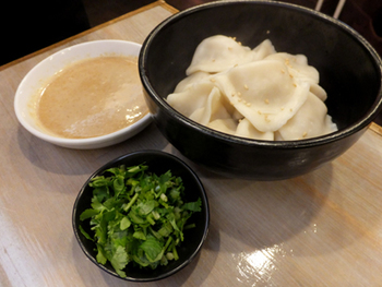 他にもたくさんの台湾料理が楽しめる『台湾麺線』。こちらは水餃子。パクチー特製ピーナツだれでいただきましょう!