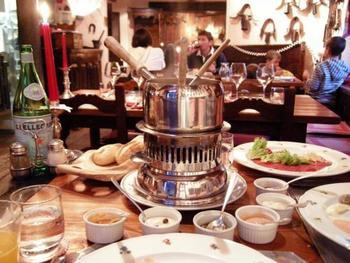 フランス語では、中国風フォンデュとも呼ばれます。肉や魚介類をコンソメスープにくぐらせて食べるので、しゃぶしゃぶのようです。