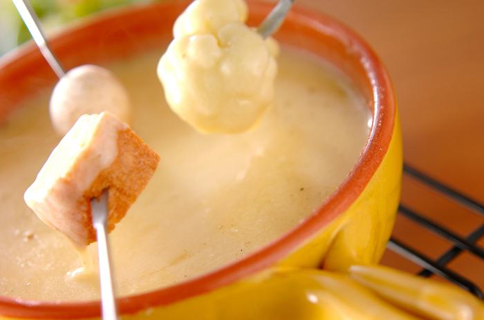 こちらは、基本的のエメンタールとグリュイエールチーズを使ったレシピですが、色々なチーズを混ぜてもよし、お好きなチーズでお試しください。