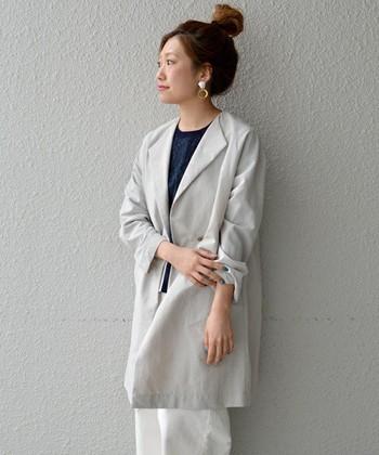 さっと羽織ってすぐ決まるカラー。グレーのコートでつくるスタイル