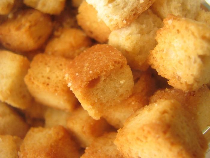 食パンを角切りにし、オリーブオイルを回しかけてからフライパンでカリッと焼くだけ。 パンはバゲットなどお好きなパンでもOKです!
