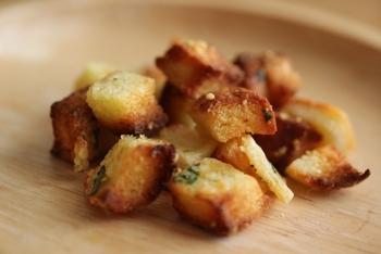 トースターで作る時は、アルミホイルを敷いてパンを並べ、塩こしょうとオリーブオイルを振りかけて2分ほど焼けば完成です。