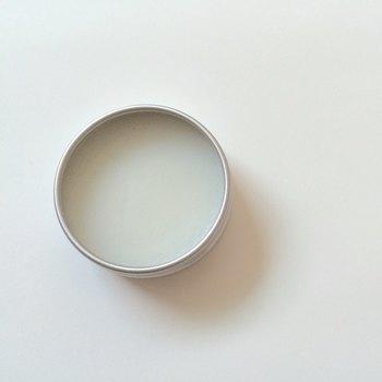 下のリンクは、寝る前に手指に塗り込むことができるレシピ。肌荒れをケアしながらゆったりリラックスできます。そのため、香りの精油もとても量がひかえめ。オフィスなどでもいいかもしれませんね。