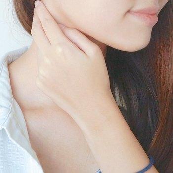直射日光が当たる首は、香水の成分によってはシミになりやすいといわれていますが、直射日光が当たらないうなじであればOK。鼻から近いため、香水のつけすぎには注意しましょう。