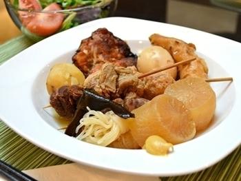 おでんも是非試していただきたいところ。 こちらは牛筋で出汁をとった関西風おでん。鶏つくねやじゃが芋も入って具だくさん。味の染みた大根はやっぱり美味しい!