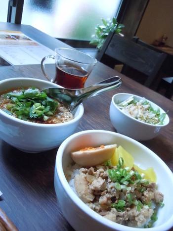 ハーフ&ハーフは麺線と魯肉飯のセット。パクチーが苦手な方は、ネギに変更してくれるから嬉しいですね♪