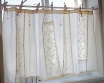 何種類ものレース地や布をパッチワーク風につないだカーテン。ひもでしばるタイプはお部屋がナチュラルで可愛らしい雰囲気になるのでおすすめ。