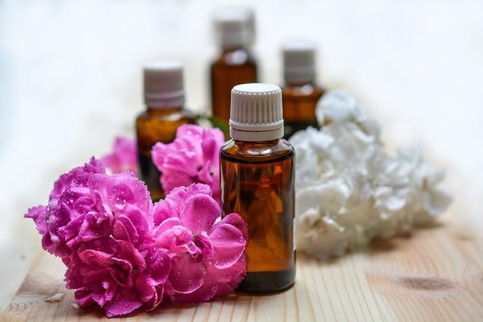 ブレンド精油の作り方は、以下にご紹介。できあがったブレンド精油を無水エタノールに混ぜてなじませれば、手作り香水ができあがります。自分で調合した本格的なブレンド精油は、香りがいいだけでなく、きっと優しく心を癒してくれるはずです。