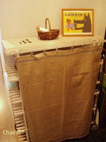玄関の靴箱の目隠しに。アンティークリネンでナチュラル感を演出。