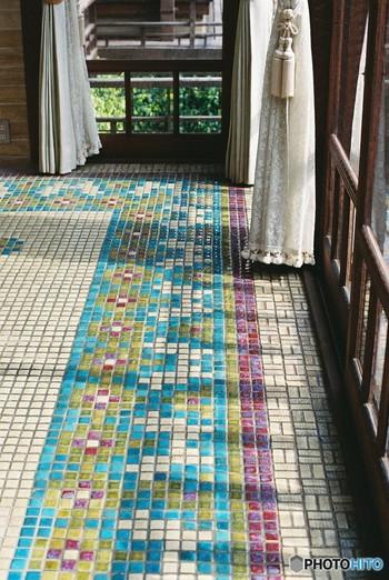 いろんなカラーのタイルを使って模様を作って。こんなに素敵な床だったらシンプルなお部屋に映えますね。