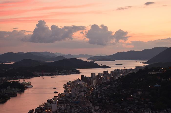 【尾道市・浄土寺展望台からの眺め。黄金に輝く瀬戸内海と、シルエットになって浮かぶ島々。瀬戸内海ならではの情景。】