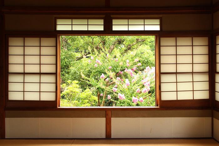 【尾道市・山手地区にある「おのみち文学の館『志賀直哉旧居』」。窓の向こうには瀬戸内の穏やかな風景が広がる。】