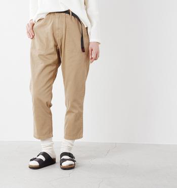 中厚のコットンツイル生地が、ナチュラルな印象のパンツです。裾に向かって細くなるテーパードシルエットで、すっきりとした着こなしに。
