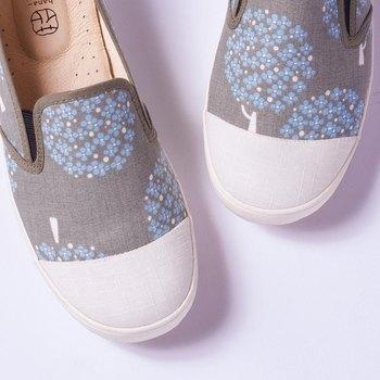 インソールがふかふかでどこまででも歩ける「花見小路(はなみこうじ)」のシューズ。 春らしい小花柄も爽やか♪ 紐靴じゃないので、サクッと履いてサクッと出かけられます。