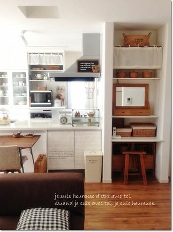 カフェカーテンは窓以外にもこんな使い道もあります。例えばキッチン周りや棚の目隠しに。布地なので見た目も軽やか。開閉もらくらくです♪