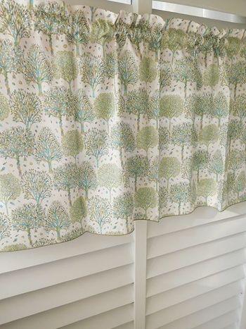 お部屋のワンポイントとしても大活躍。あえて窓枠と合わせず、丈を短めに作ることによって見た目も軽やかになります。