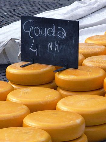 <材料> ◎フォンデュ  ゴーダチーズ 340g  グリュイエールチーズ 226g  スイスチーズ(あるいはブリーチーズ) 113g  コーンスターチ 大さじ2  カイエンペッパー 小さじ1/2  にんにく 1片 白ワイン 1カップ半 ブランデー 大さじ1 トリュフオイル(お好みで) 大さじ1 ナツメグ  ◎クリスピーガーリックバタークロワッサン クロワッサン大 6個(スライスする) バター 大さじ6 にんにく 2片分 バジル 1/4カップ