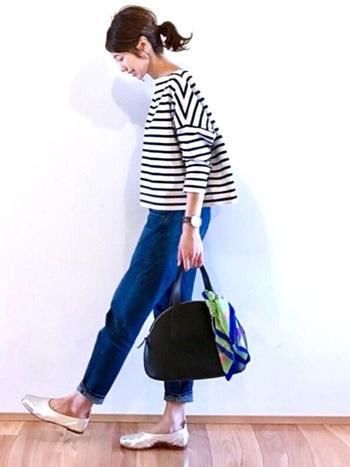ボーダートップス&デニムパンツは最強の組み合せ。裾をロールアップさせた足元にはシルバーのペタンコ靴を。アクセサリーはすっきりとシンプルにまとめて、フレンチカジュアルスタイルの完成です。