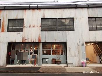 解体寸前の古いアパート、「深田荘」が「fukadaso」に生まれ変わり、個性的なお店や事務所が入居する複合施設に。