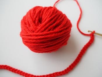 まずは「くさり編み」です。このくさり編みだけでも作品を作ることができますし、他の編み方をする場合もスタートはこのくさり編みとなります。まずはこの編み方でかぎ針になじみましょう♪