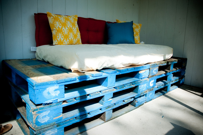 背もたれや肘掛けを付ければ、ソファにも変身。ベッドよりもサイズもコンパクトなので、作りやすそう。ちょうどいいマットレスがない場合は、2~3段重ねれば、姿勢良く座れる高さのソファの出来上がり。部屋の角に沿って、L字型に設置して、憧れのカウチソファにするのも良いですね。