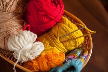 かぎ針1本で作れる編み物「かぎ針編み」についてご紹介しました♪はじめのうちは編んでいる方の手元を見ても、編み図を見ても、なんのことかさっぱりわからない…と不安になりますが、実際に手を動かしてみると、どんどんコツがつかめてきます。この冬は手づくりマフラーに挑戦してみましょう♪