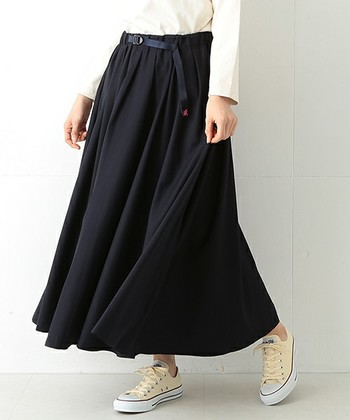タウンユースにぴったりな、ギャザーを多めに入れたロングスカート。動くたびに揺れる裾が女性らしくてステキです。こちらはBEAMS(ビームス)別注アイテム!