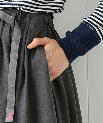 一年を通じて着用できる軽めのギャバ素材は、シンプルでどんなコーディネートにもマッチ。ポリエステルとレーヨンの混紡素材でシワになりにくく機能的。