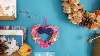 こちらは、指編みしたピンクの毛糸の中にワイヤーを入れてハート型のリースに。キッチュで可愛いデザインなので子ども部屋にも◎ですね。