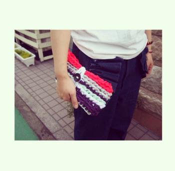 こちらは、指編みで作ったクラッチバッグ。カラフルにすれば、コーデのアクセントにも♪使用する素材を変えれば、季節問わずに使えそうですね。