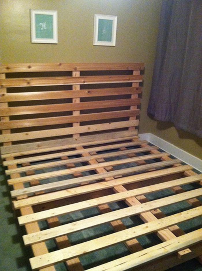 DIYだと安っぽい感じになるのでは?と侮るなかれ。初心者でもチャレンジしやすい本格的なすのこベッドの作り方と、素敵にコーディネートされたすのこベッドの数々をご紹介します♪