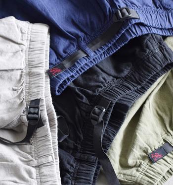 グラミチのボトムスといえば、着脱しやすく調節しやすいウェビングベルトが特徴。先端に刺繍されている赤いブランドロゴ「ランニングマン」がユーモラスです。