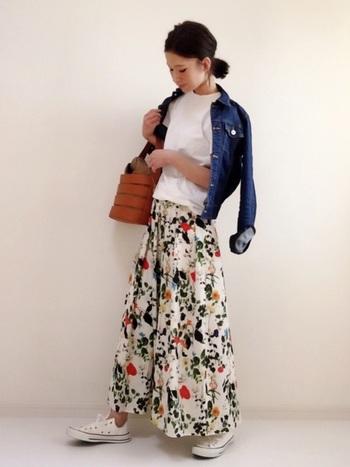 女の子らしいボタニカル柄のロングスカートにを合わせるのも素敵。アウターはコンパクトなサイズ感のものをチョイスすれば全体のバランスが綺麗に見えます。